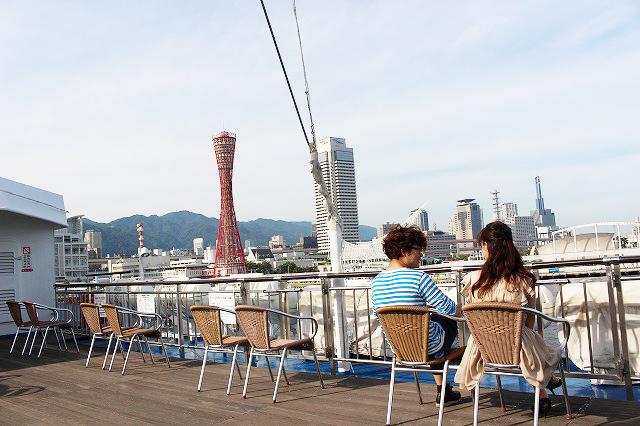 大学生が神戸でクルーズデート船の上から海を眺めながら